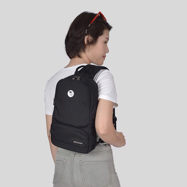 The Betty Slingpack Black với 2 cách đeo