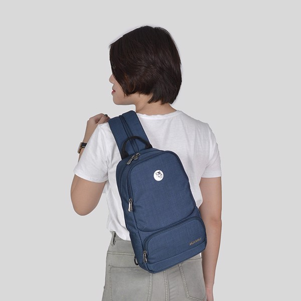 The Betty Slingpack Navy với 2 cách mang