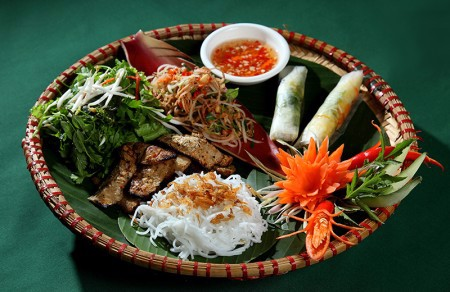 Grilled barley delecacies served with rice noodles , fresh sprinrolls , mixed Salad in a basket