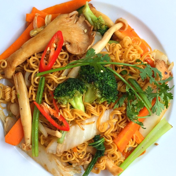26. Mixed fried noodle & veggies & mushroom (Mì xào thập cẩm)