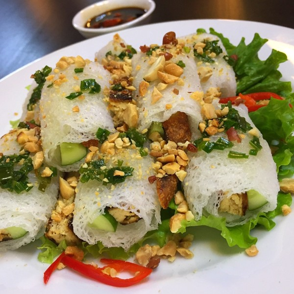 15. Grilled tofu wrapped by woven rice vermicelli (Bánh hỏi thịt nướng chay)