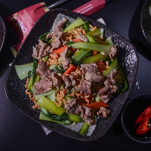 MÌ XÀO BÒ (Stir- Fried Egg Noodles With Beef & Vegetables)