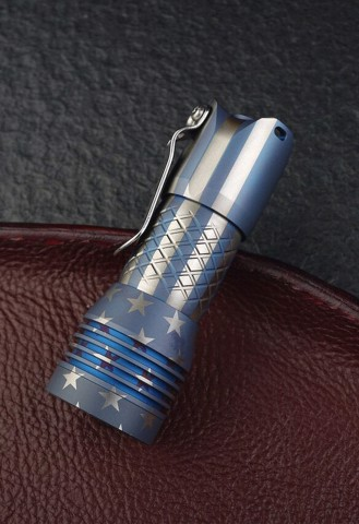 ĐÈN PIN MECARMY PS16 TITANIUM 2000 LUMENS USA FLAG PATTERN