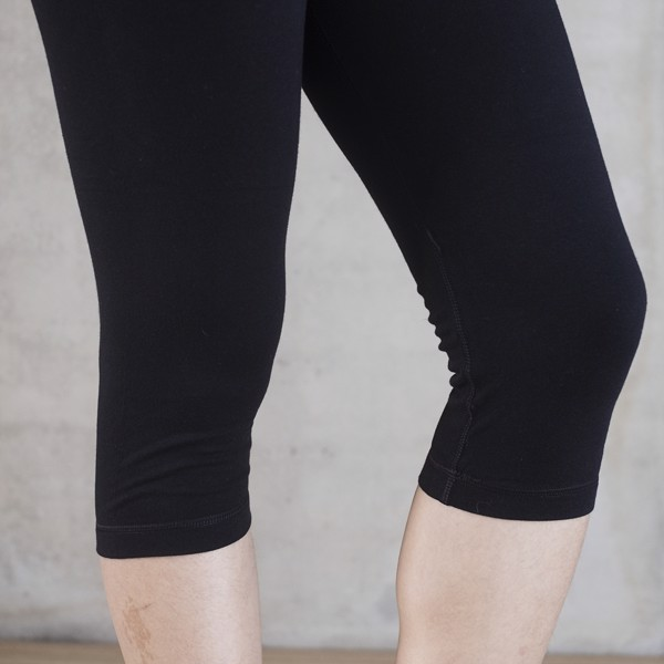 BLESSED EARTH Quần lửng Capri legging Black