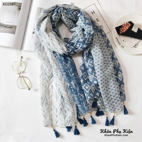 Mẫu khăn quàng cổ caro xanh dương được phái đẹp chuộng khi đi du lịch