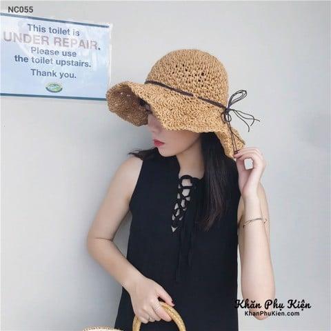 kết hợp nón cói với một chiếc đầm xòe hay chiếc đầm hai dây đi biển