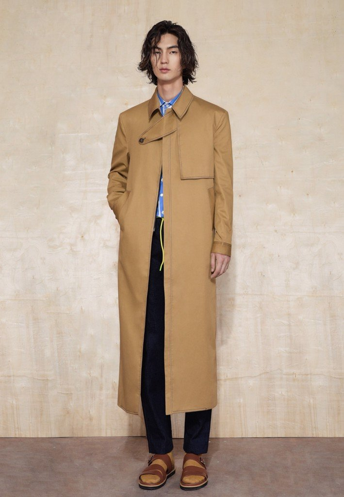 Beige trench coat with overlapped chest pad