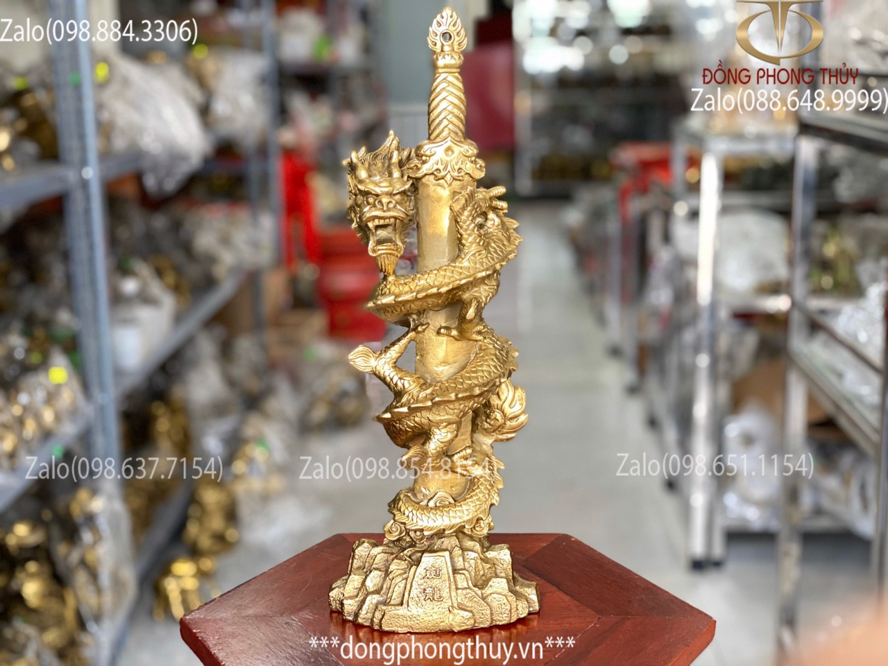 Tượng rồng cuộn kiếm bằng đồng