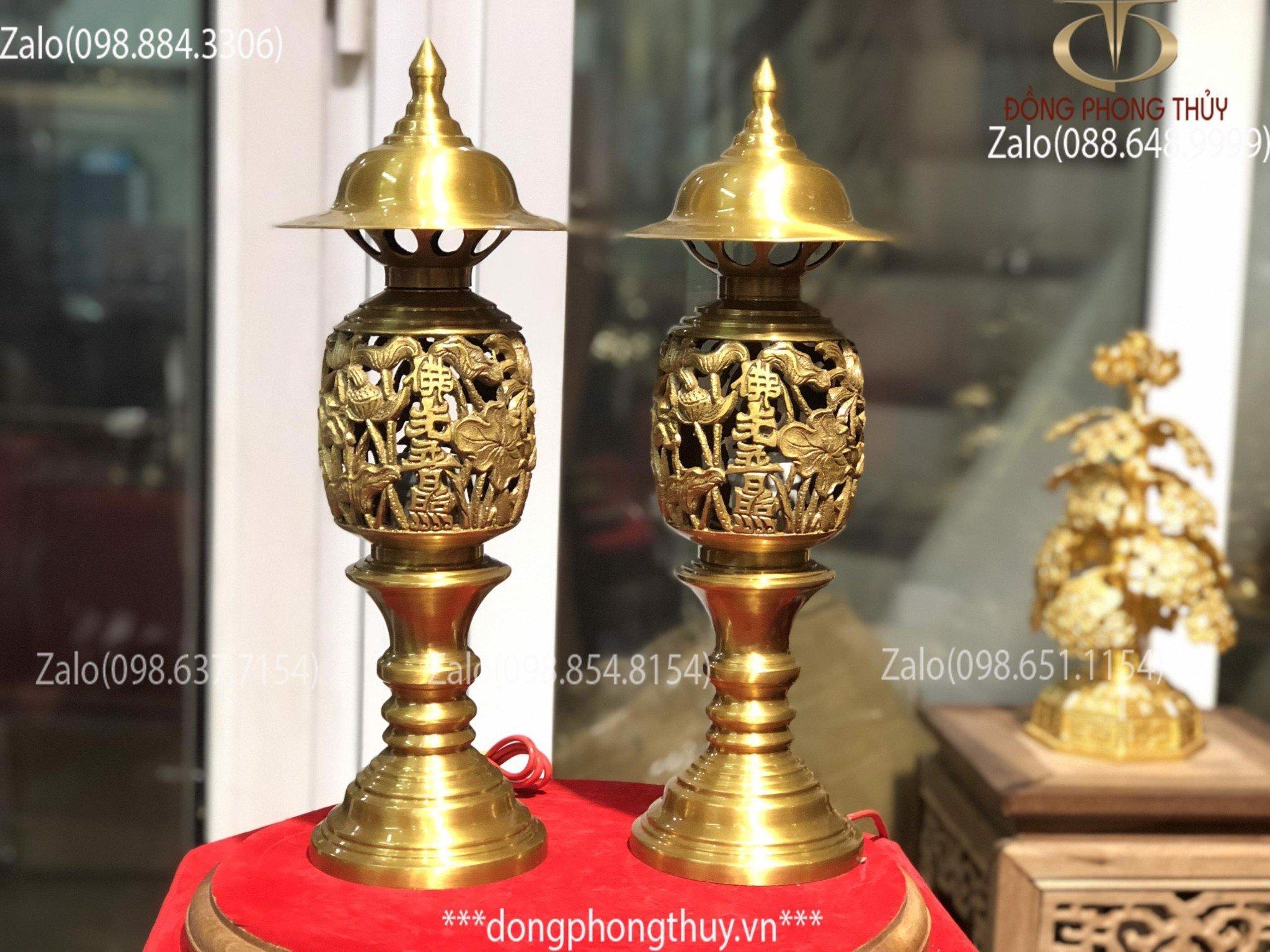 Đôi đèn thờ bằng đồng cao 43cm vàng đậm