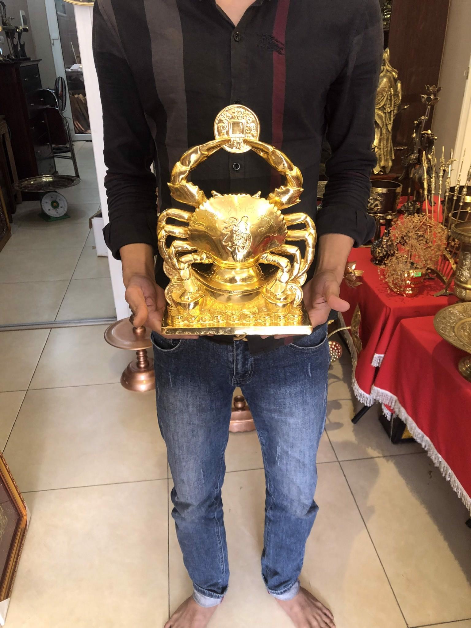 Tượng cua bằng đồng thếp vàng