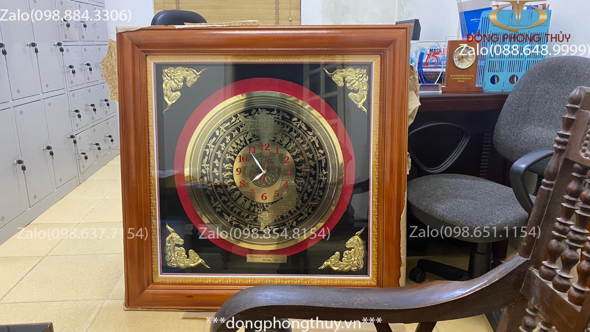 Đồng hồ mặt trống đồng bản đồ Việt Nam khung gỗ tần bì gắn đèn led mặt kính 102*102cm