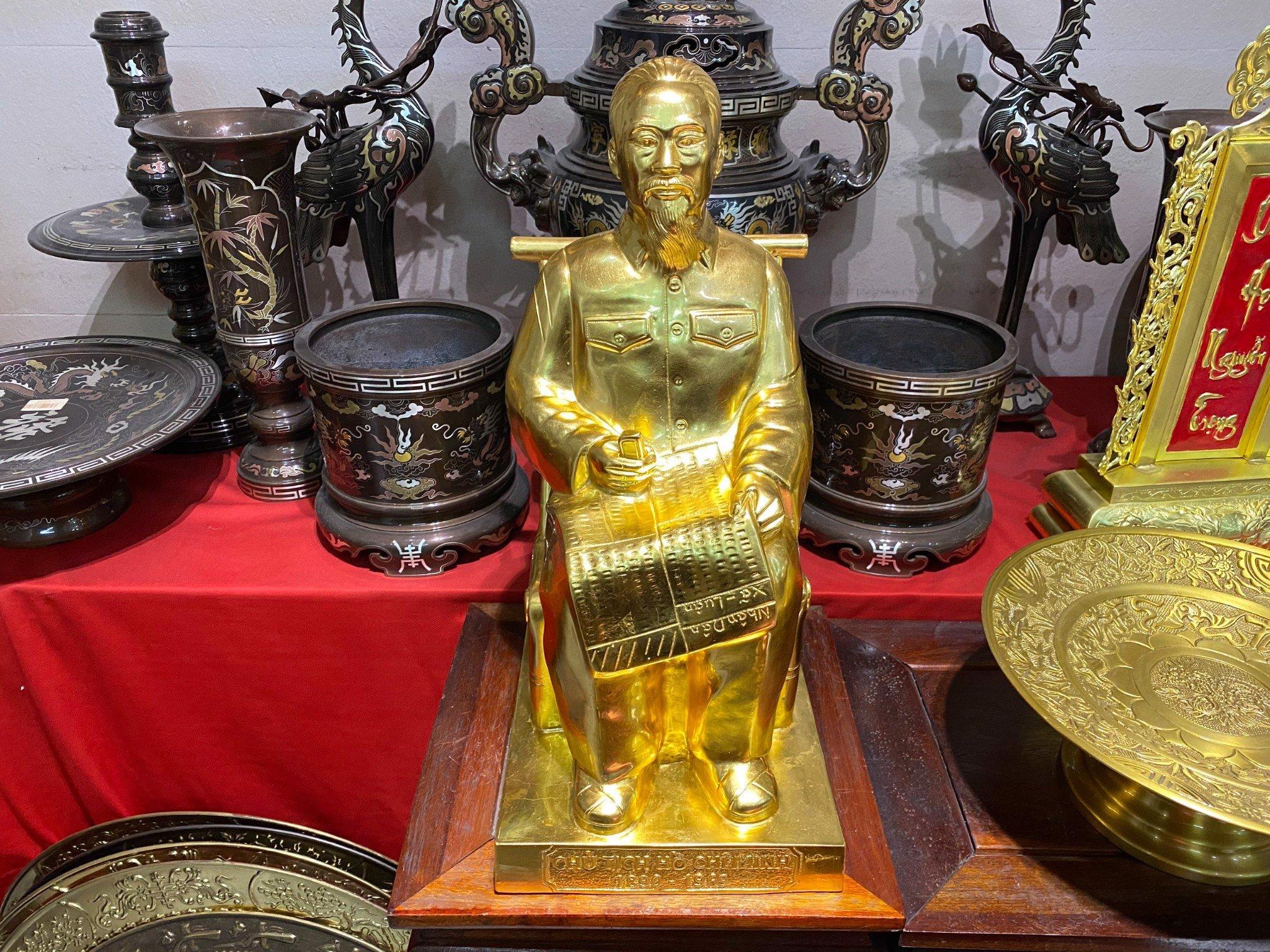 Tượng bác hồ dát vàng 24k và đôn gỗ hương 20*30*30cm