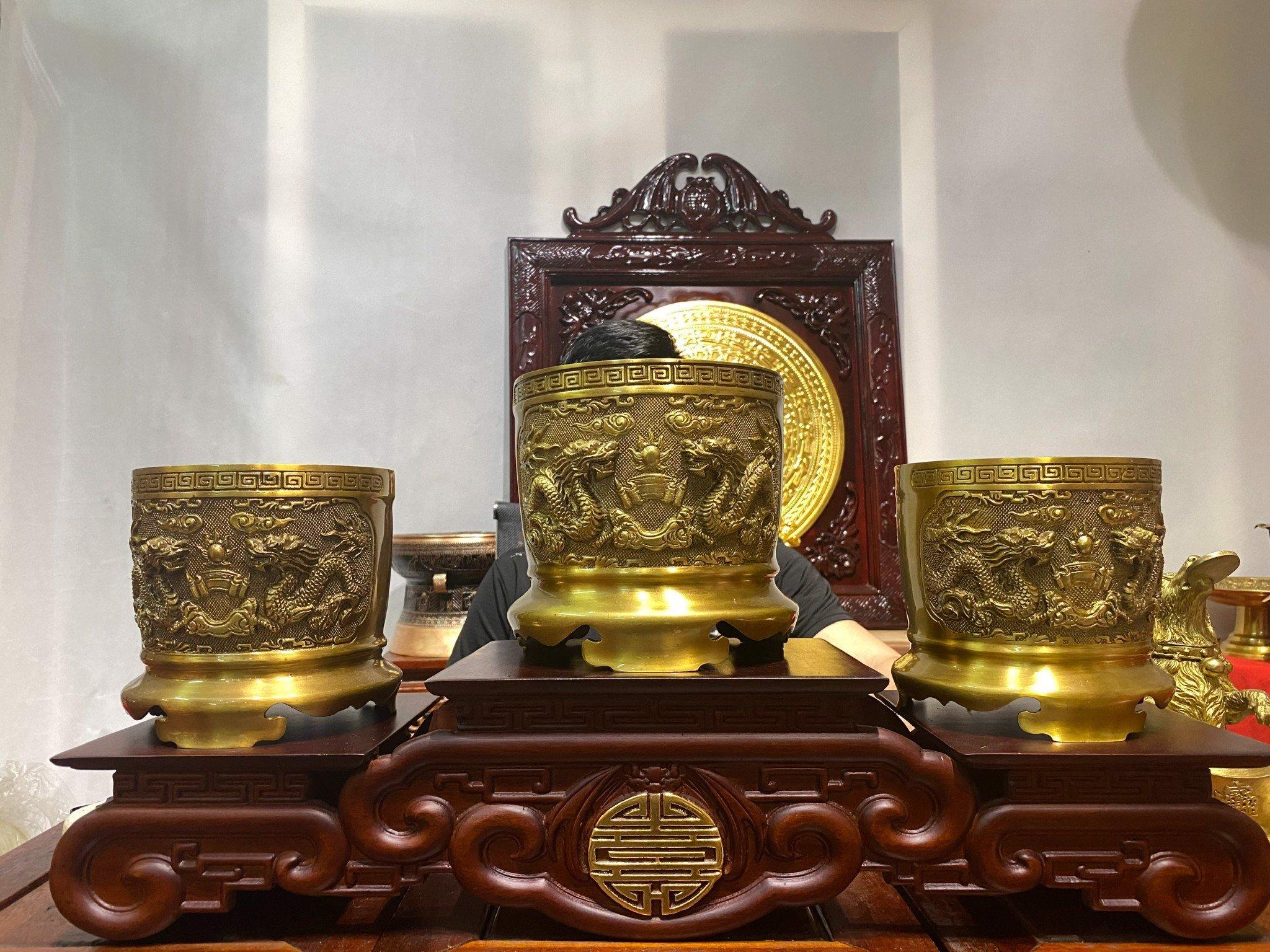Ba bát hương trên bàn thờ bằng đồng