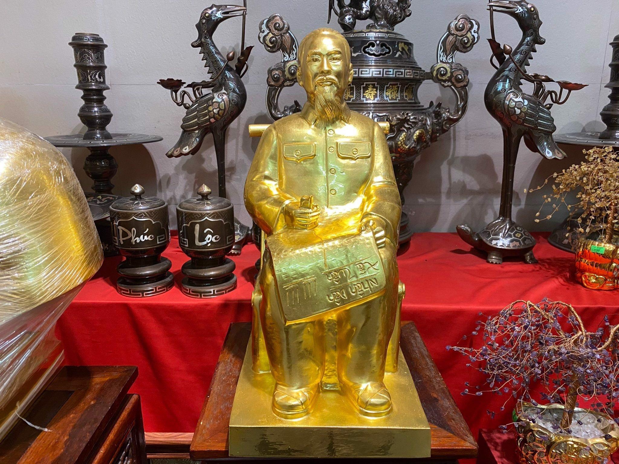 Tượng bác hồ ngồi ghế mây bằng đồng đỏ dát mạ vàng 24k cao 42cm