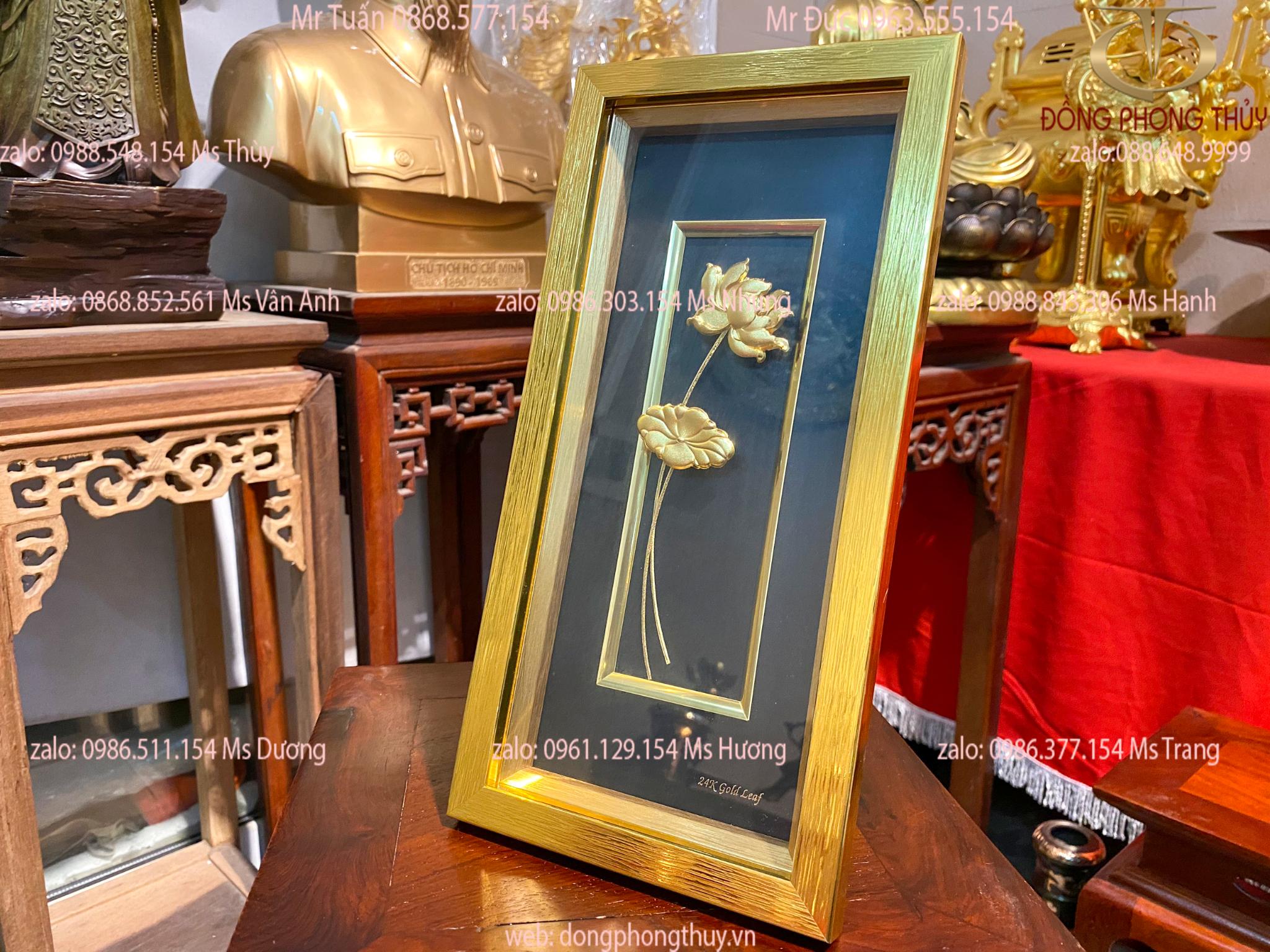 Quà tặng sếp nữ: Tranh hoa sen bình an mạ vàng 24k để bàn viền màu Vàng