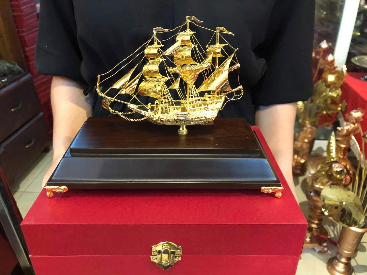 Quà tặng sếp: Thuyền buồm mạ vàng 24k nhỏ