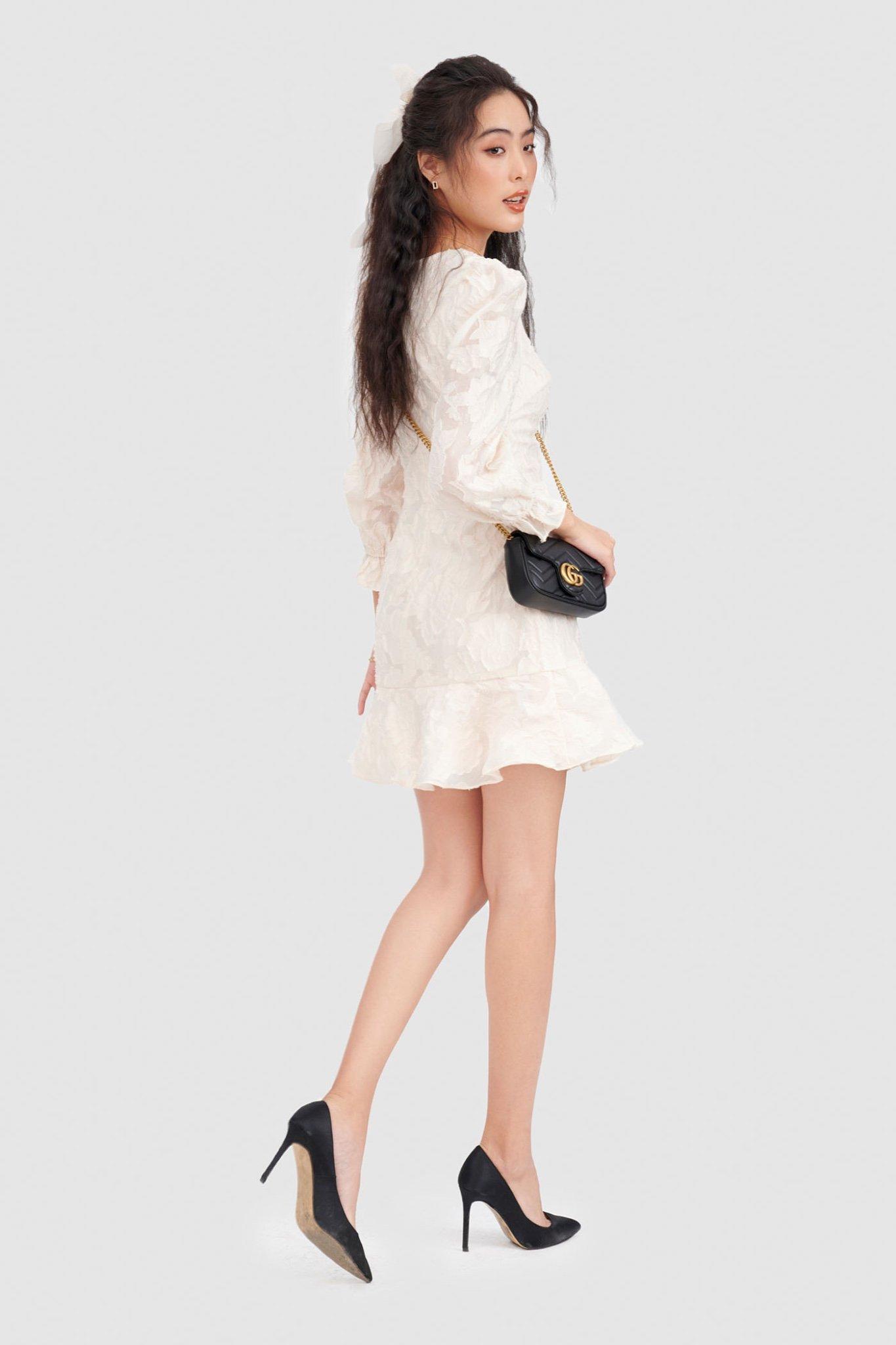 Đầm hạ eo mini hoạ tiết hoa dập nổi
