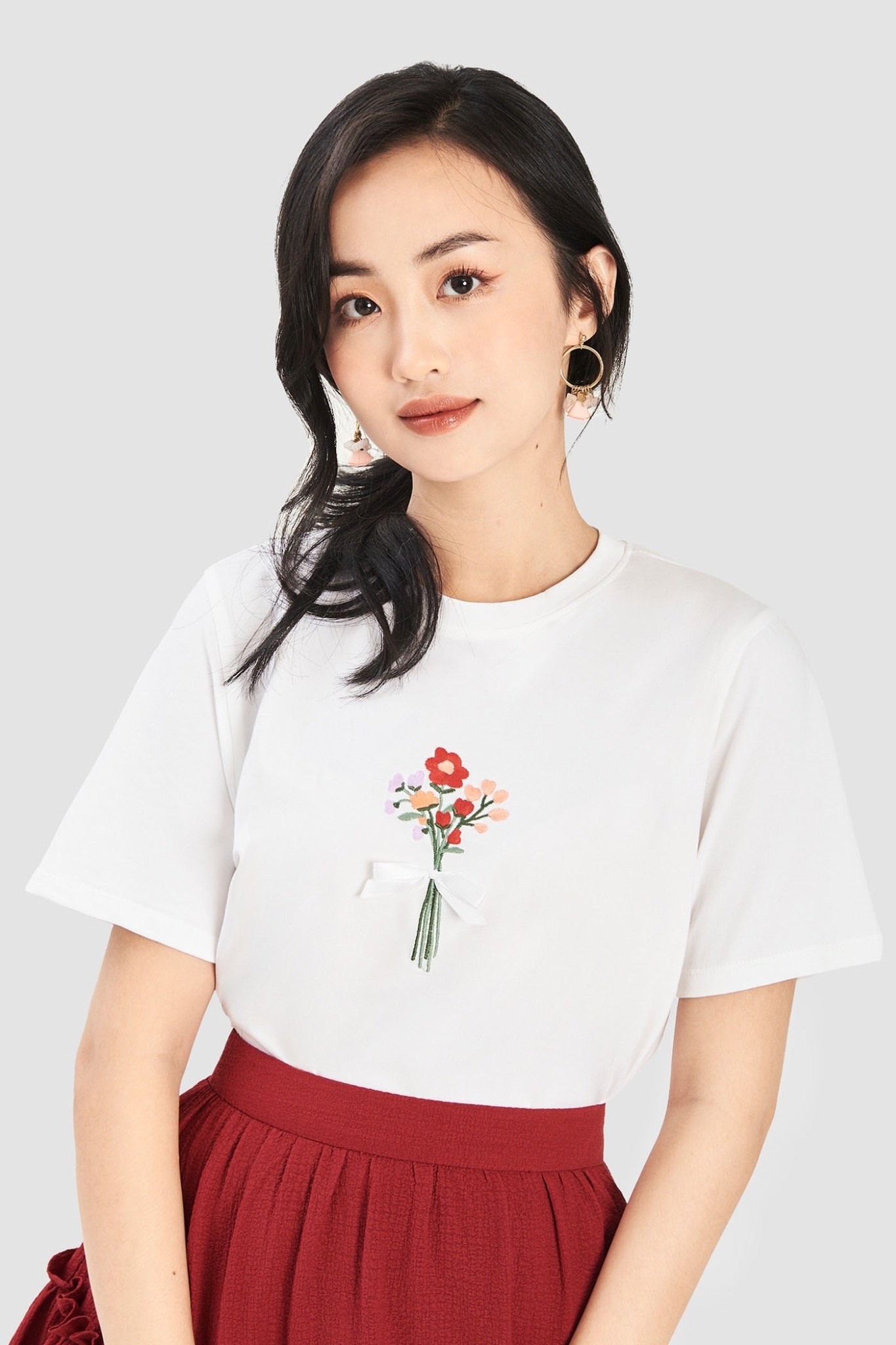 Áo thun thêu hình bó hoa