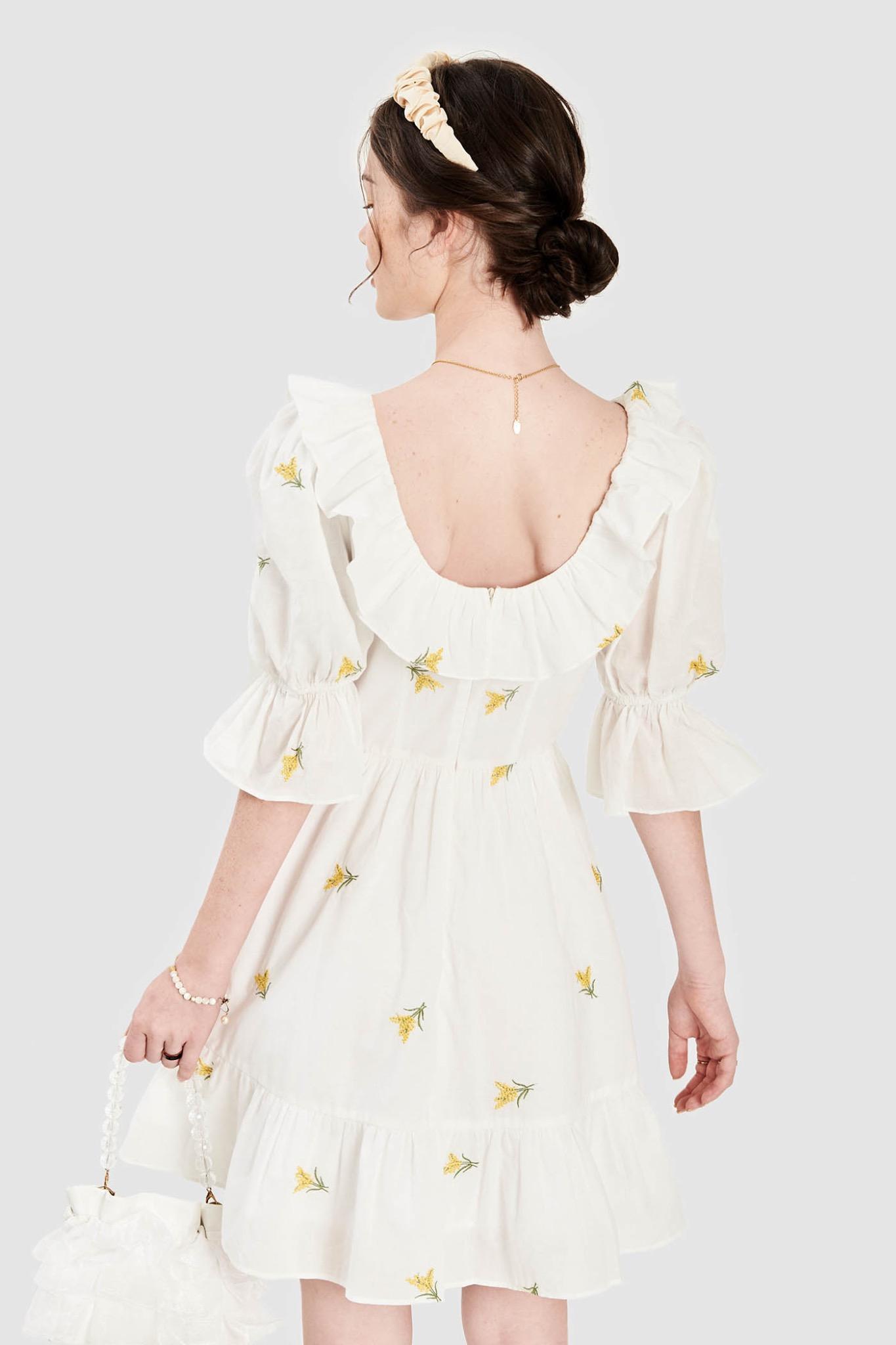 Đầm cổ vuông viền bèo vải thêu hoa