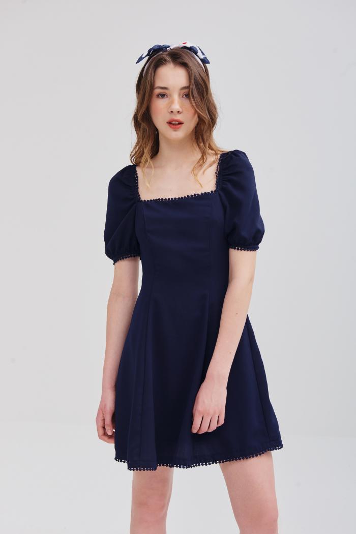 Đầm cổ vuông viền ren tay lỡ