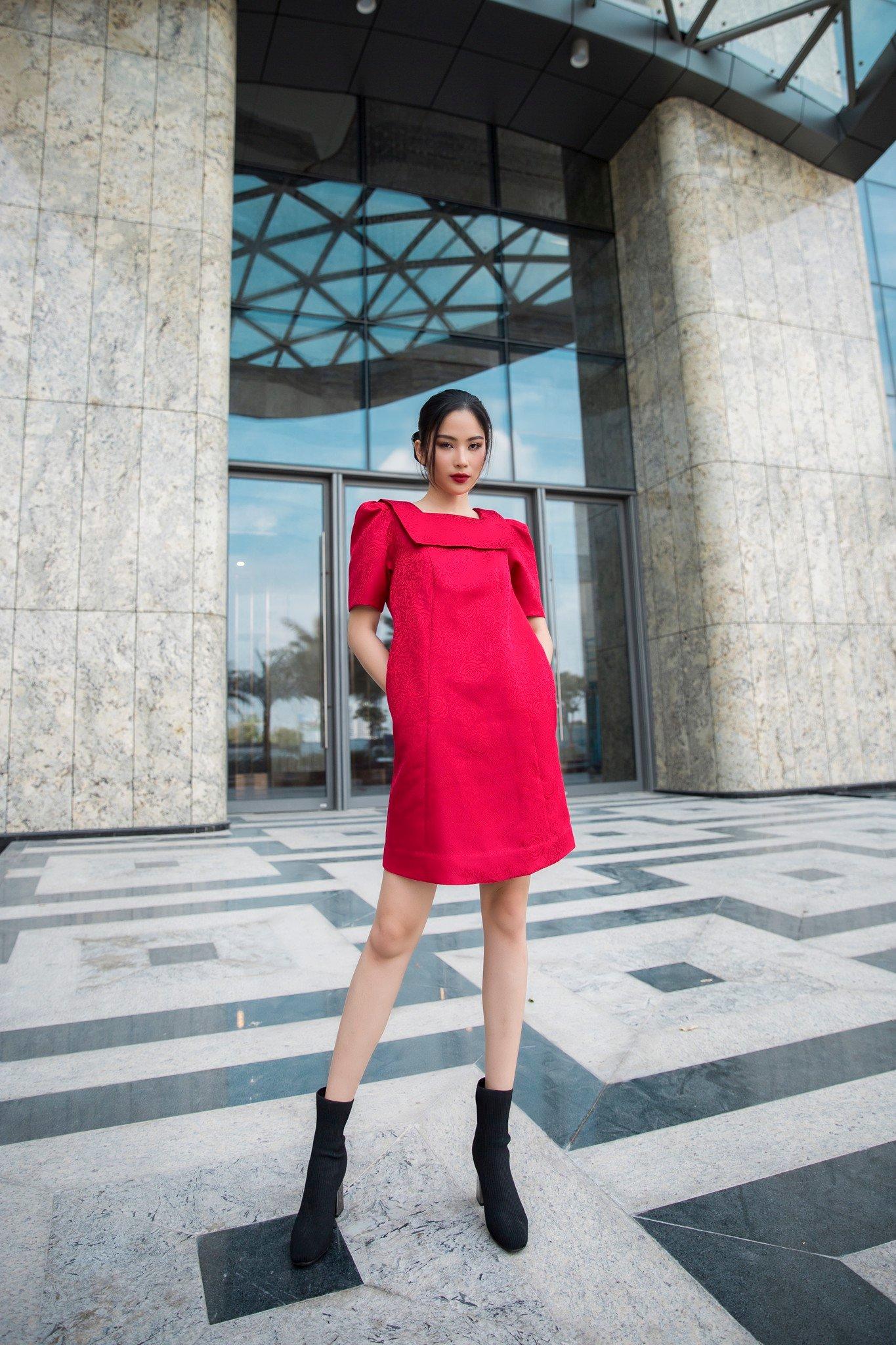 Đầm gấm đỏ suông cổ đắp