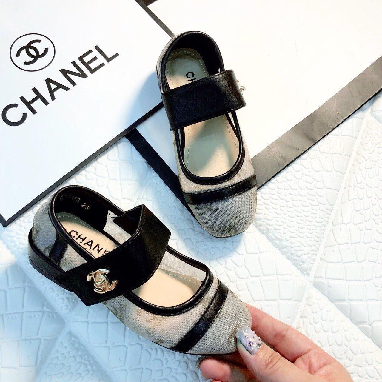 Giày gót bít mũi Chanel