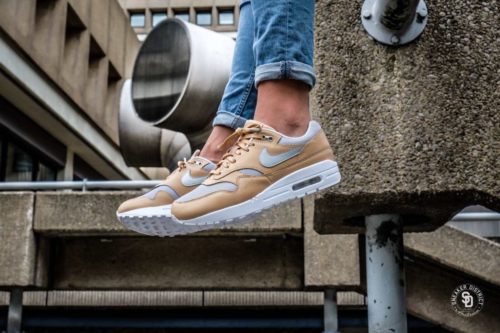 huge discount 761db caf65 N.I.K.E Women s Air Max 1 SE Premium