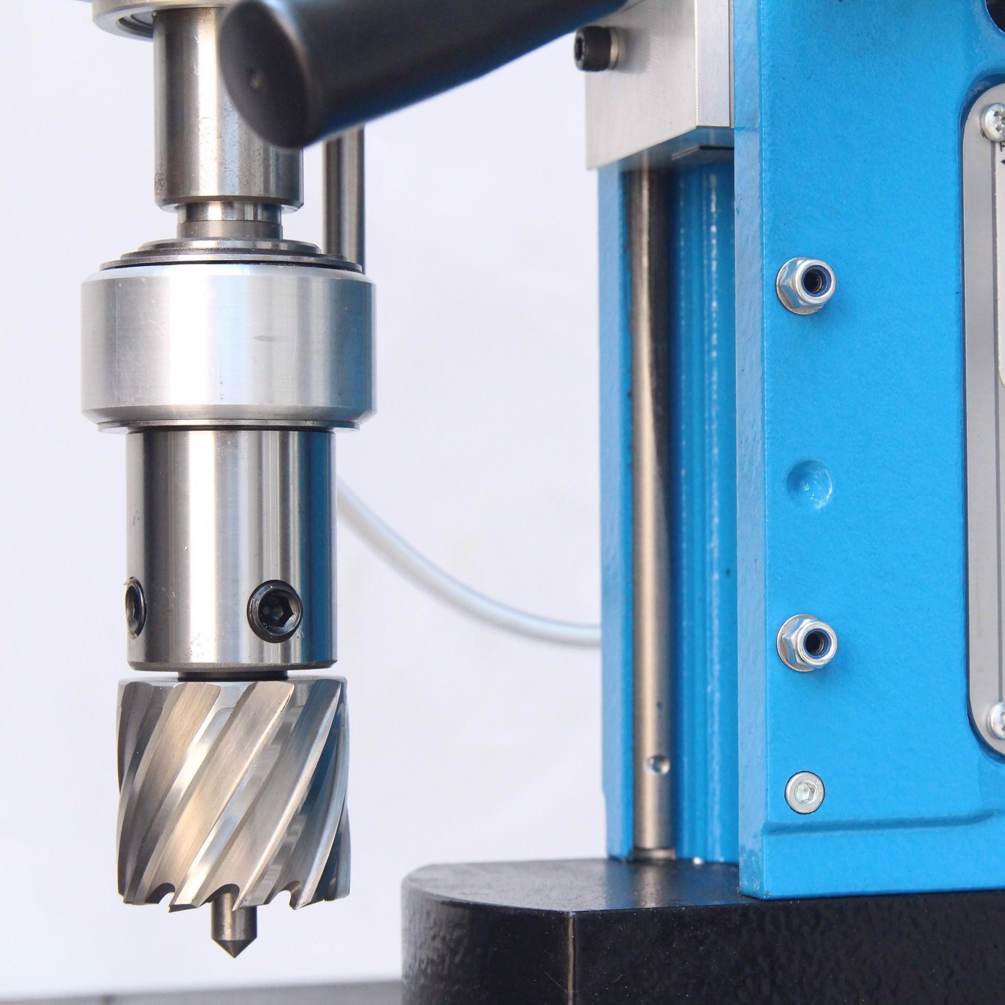 Máy khoan taro đế từ MDT55 gắn mũi khoan từ