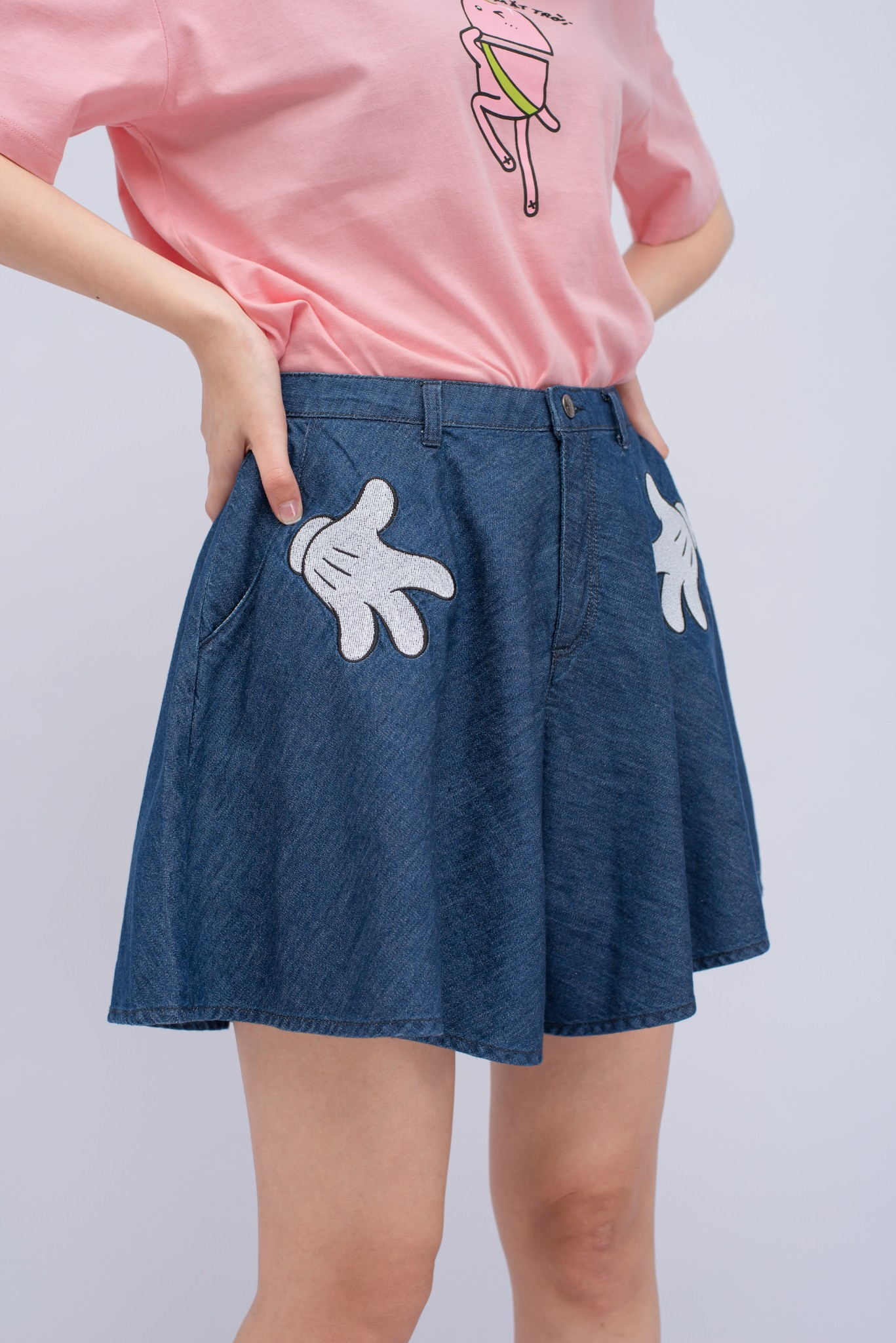 QUẦN SHORT NỮ  JEANS MICKEY HANDS