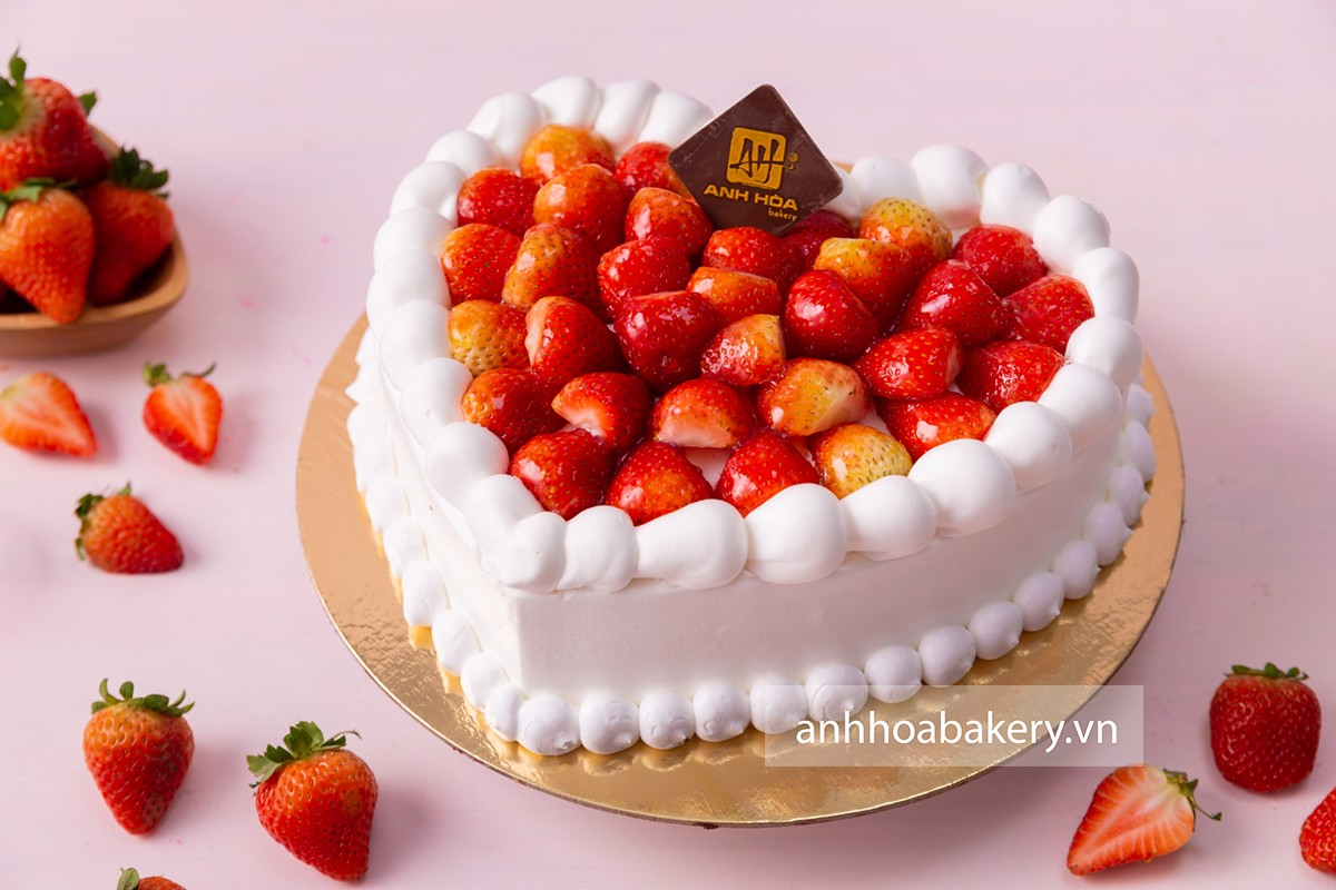TRAWBERRY HEART CAKE