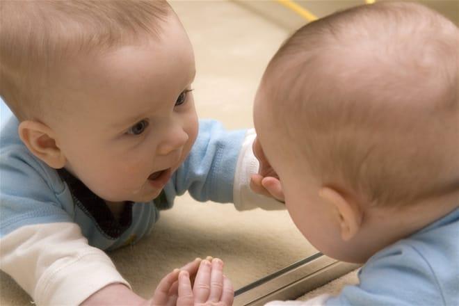 trẻ chơi với gương soi