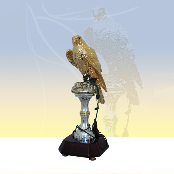 Tượng Gold Falcon On Silver Stand Maroon Base