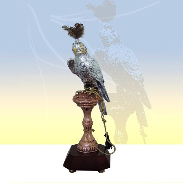 Tượng Silver Falcon With Hat On Copper Stand