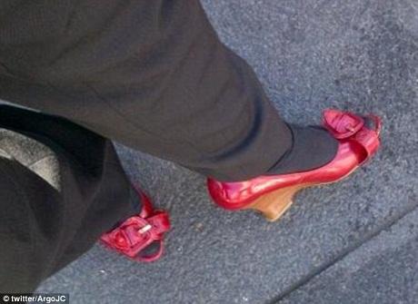 Một nhóm các thanh niên trẻ thể hiện khả năng giữ thăng bằng và vận động khi đi giày cao gót.
