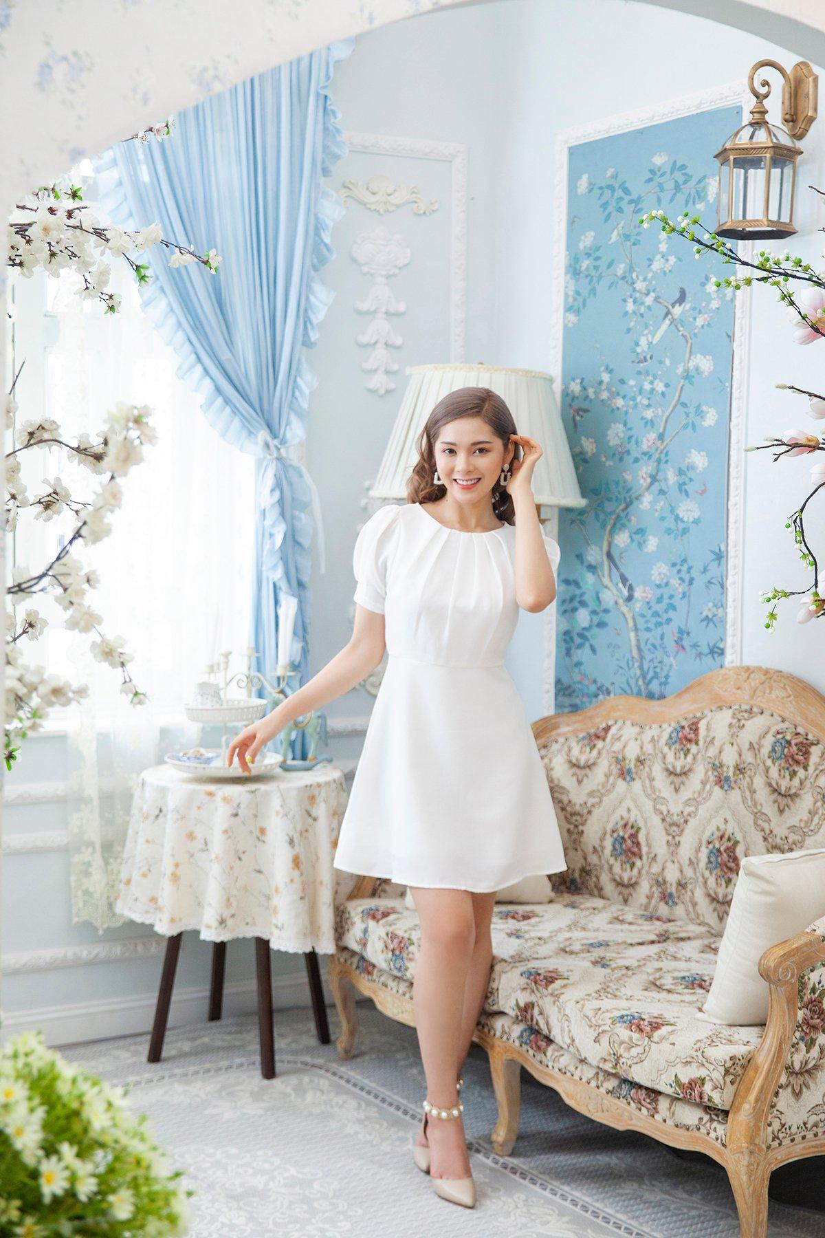 Đầm trắng xếp li cổ thuyền