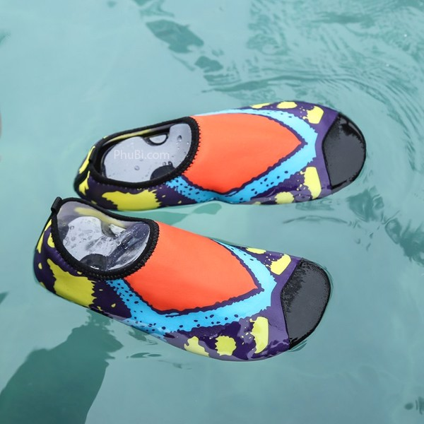 Giày đôi đi biển