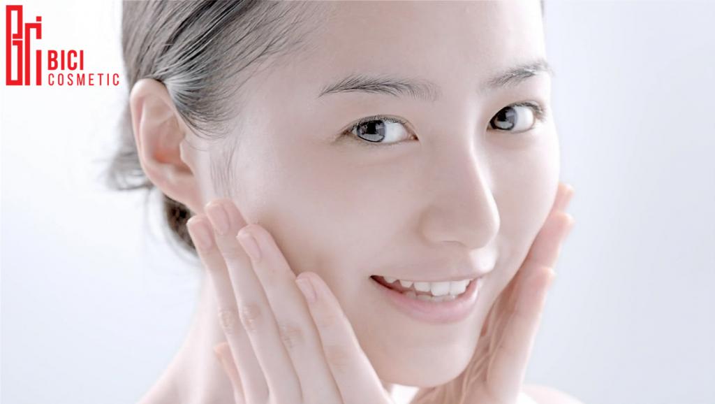 Bạn nên tẩy tế bào chết da mặt vào buổi tối