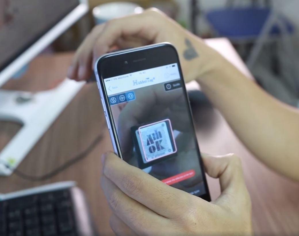 Nhân viên Bici Cosmetics đang sử dụng phần mền Hiddeen Tag check mã cho khách hàng
