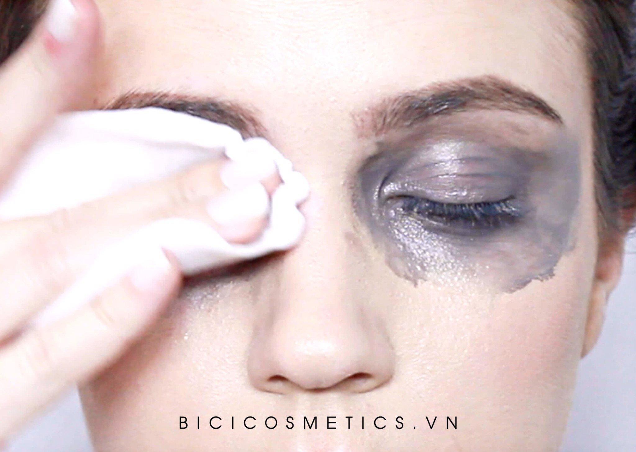 Các sản phẩm cho mắtbạn cần phải kiên nhẫn hơn một chút khi tẩy trang để tránh sự cọ sát quá mạnh làm tổn thương