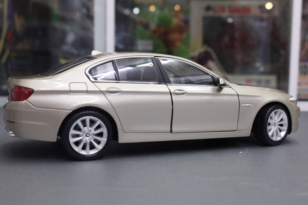 THANH LÝ MÔ HÌNH XE BMW 535I GOLD 1:24 WELLY LỖI RỘP SƠN CAPO TL173