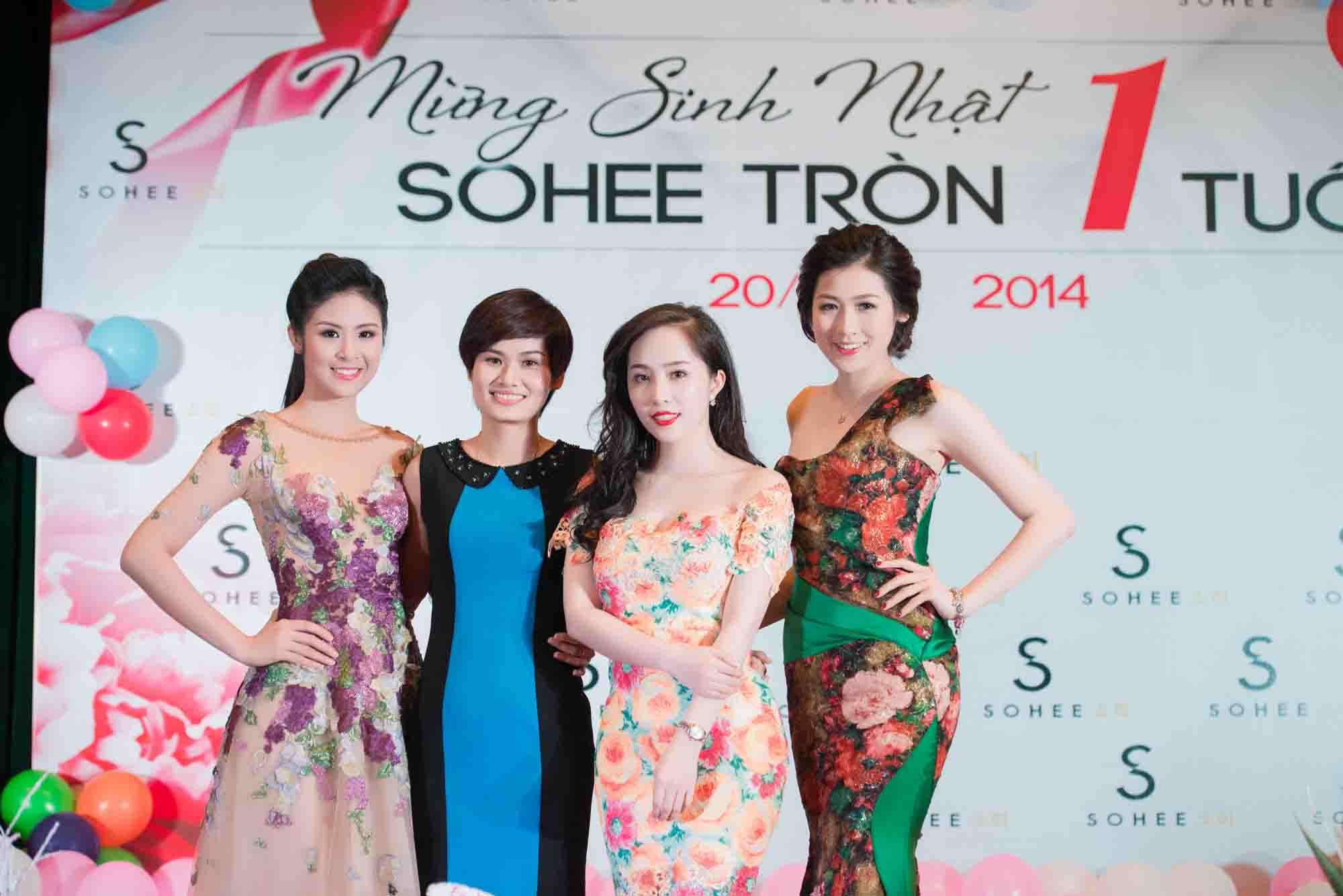Các người đẹp chụp hình cùng giám đốc công ty SOHEE