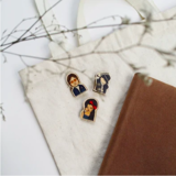 Huy Hiệu Gỗ Amy Winehouse - Amy Winehouse Wooden Pin