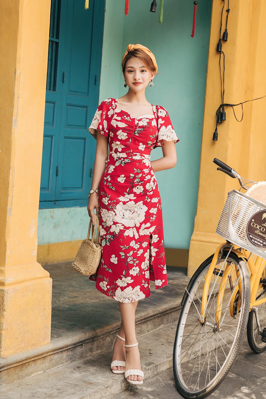 Váy cổ vuông xẻ bên hoa đỏ