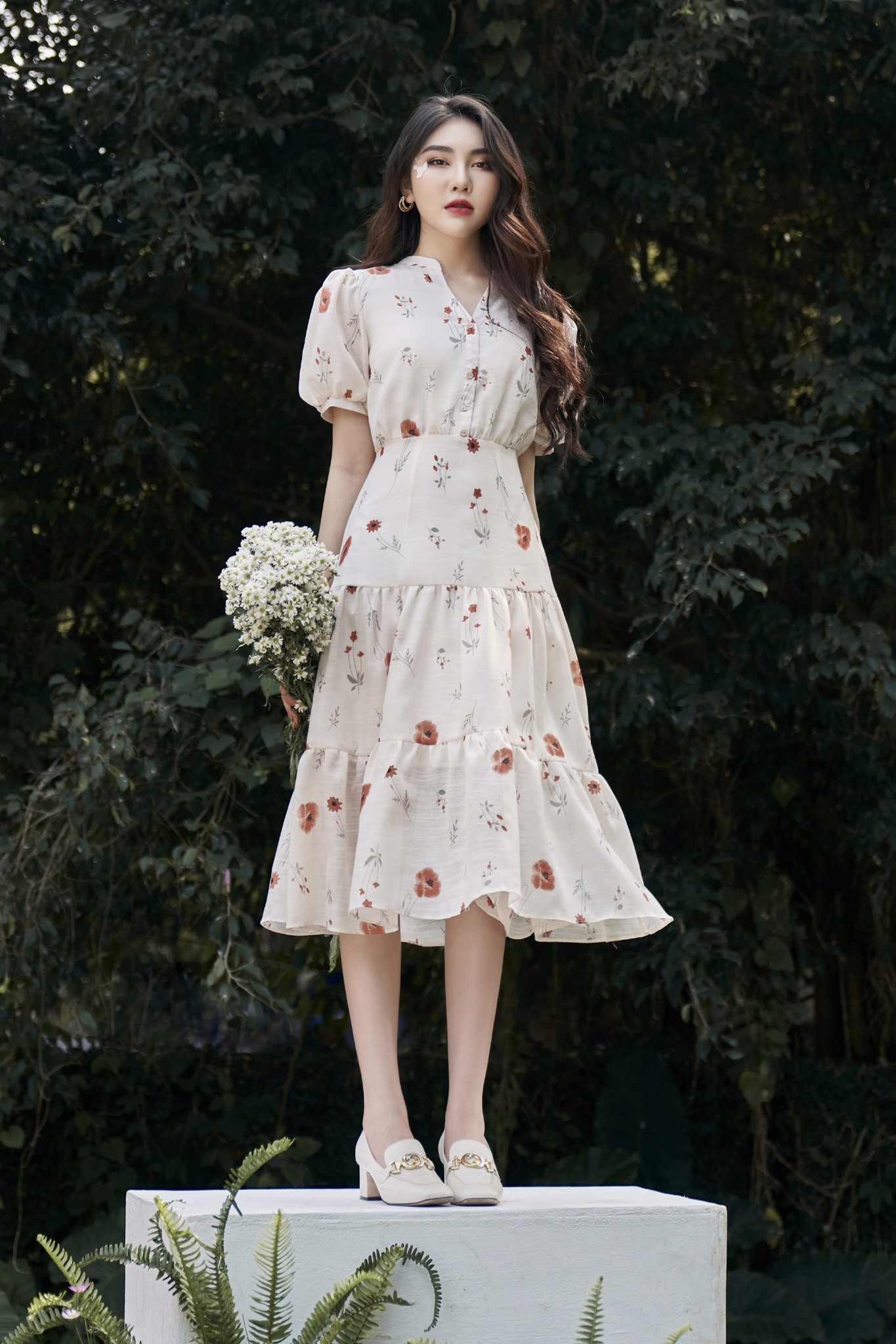 Váy cổ tim tầng hoa kem