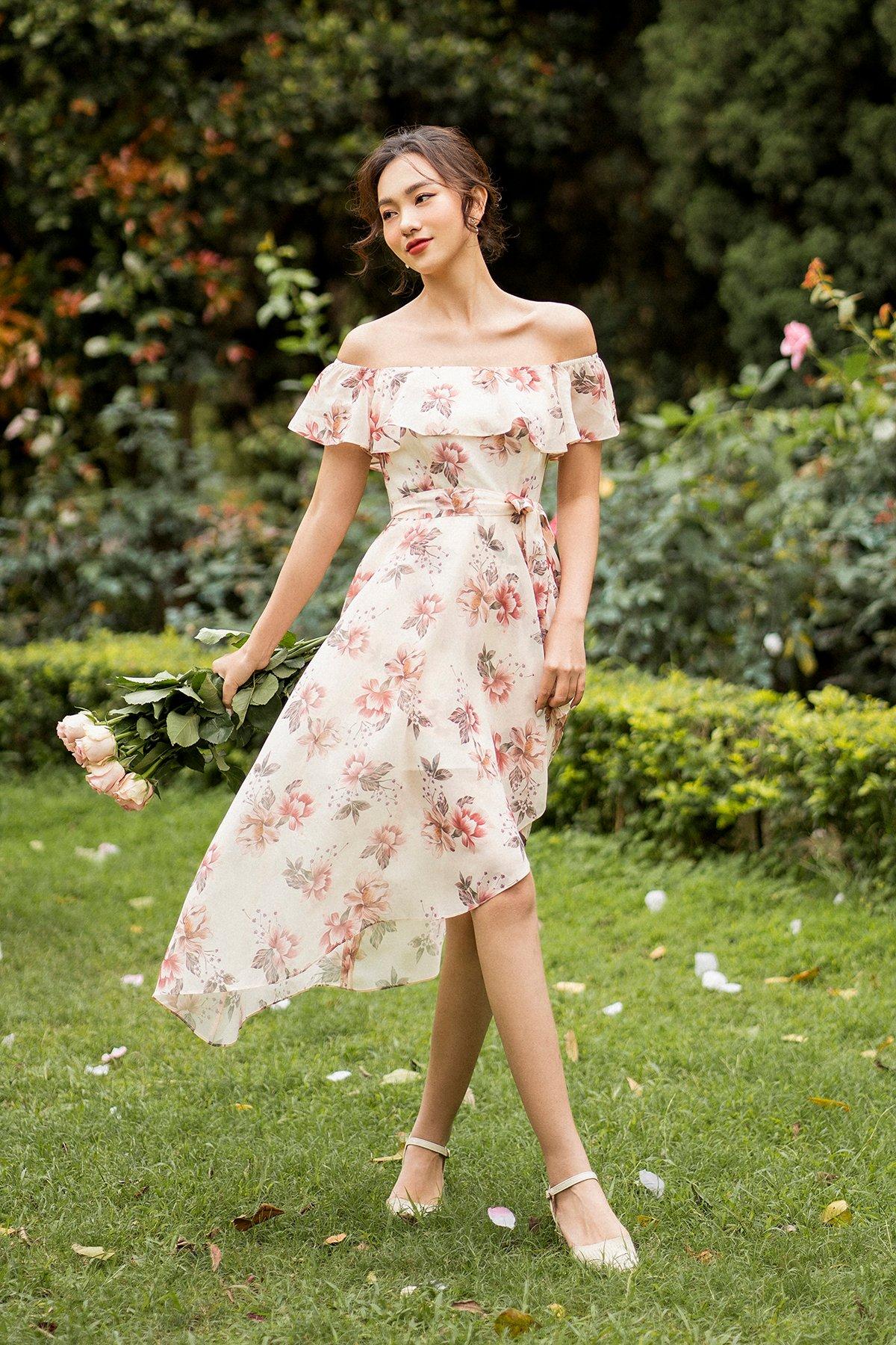 Váy trễ vai tà lệch hoa kem