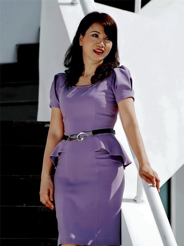 Mẫu váy đầm màu tím thanh lịch, phối đai giúp che khuyết điểm triệt để cho các mẹ, các chị em