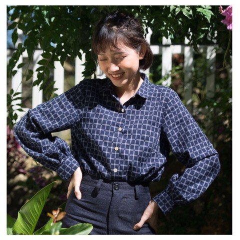 puff-sleeve shirt in navy with plaid