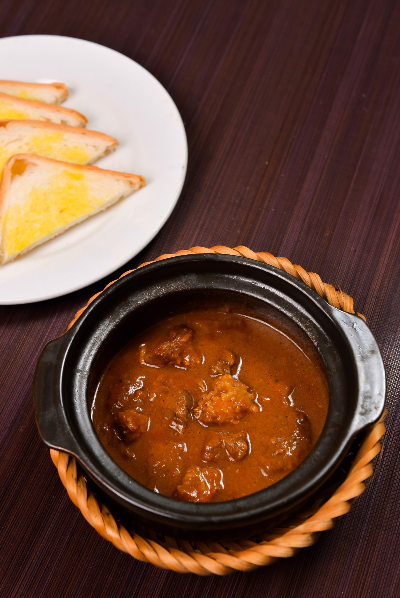 Special beef curry served with bread | Bò Cary đặc biệt