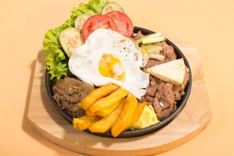 """Old Hanoi"" steak with omelet, pate on sizzling pan with bread 