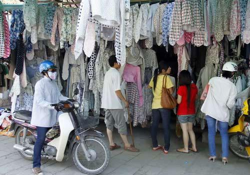 Những chiếc áo chống nắng đang được bán tràn lan trên thị trường